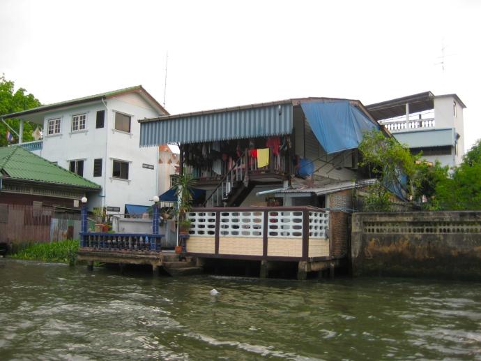 houses along Khlong Phasi Charoen