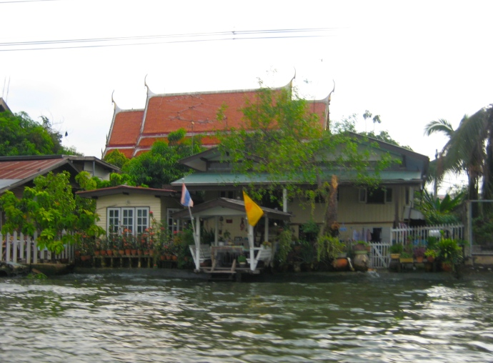 houses along Khlong Phasi Charoen