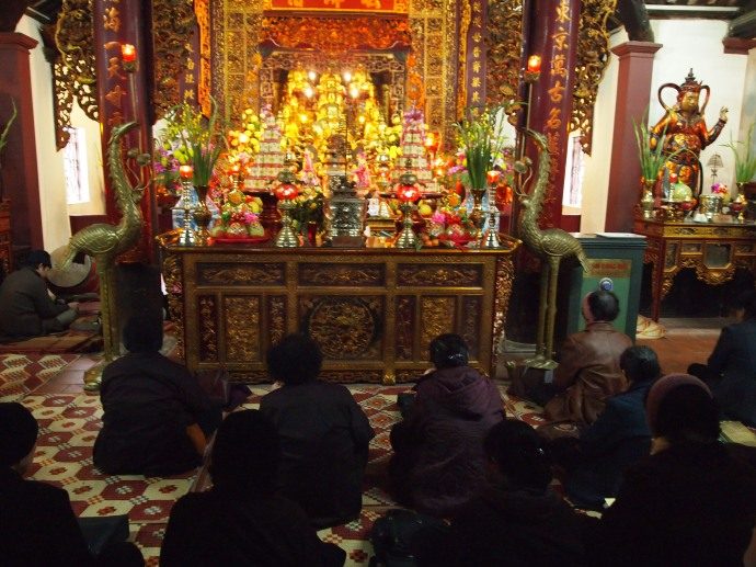 worshippers at the temple at Tran Quoc Pagoda