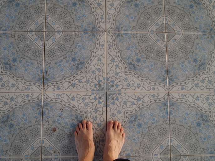 Bare feet on cool tiles at Naha Lokanarazein Kuthodaw Pagoda
