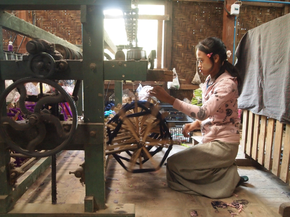 a silk weaving factory, a buddhist academy & sagaing hill (3/6)