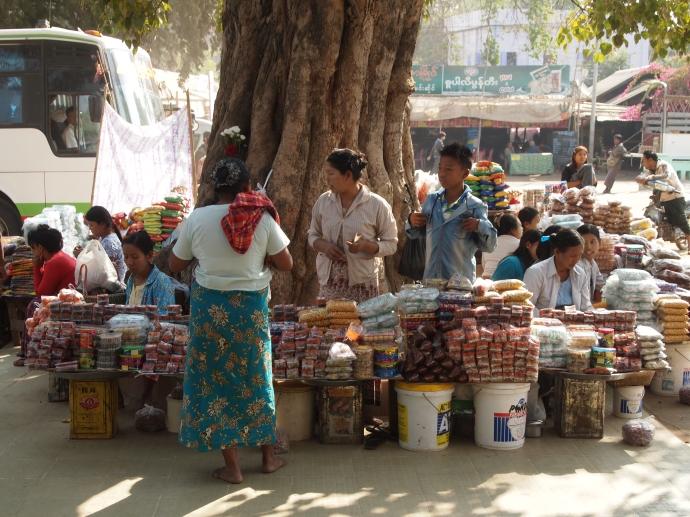 vendors at Nanpaya Temple