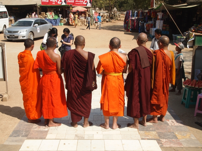 monks posing for pictures at Thatbyinnyu Pahto