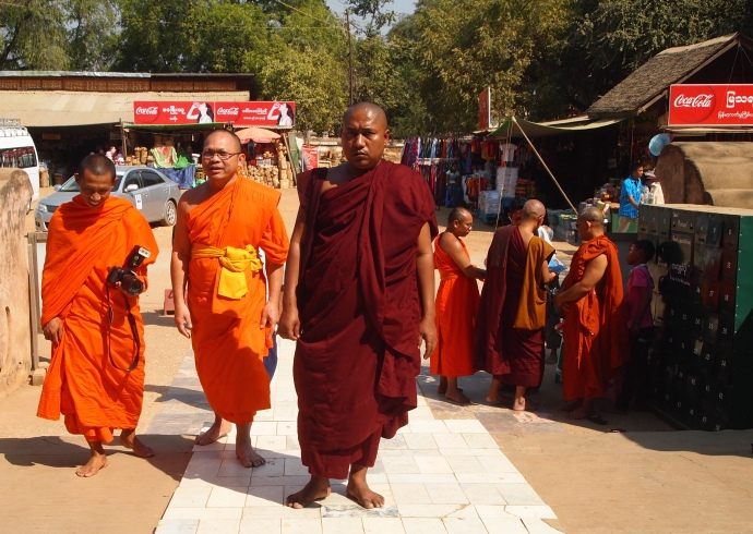 monks at Thatbyinnyu Pahto