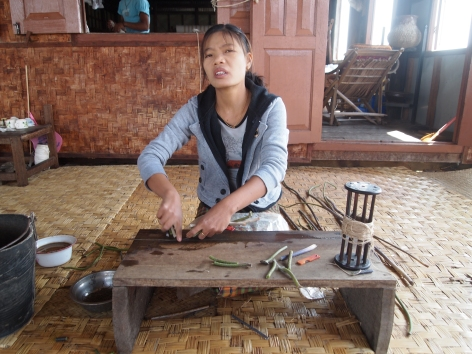 worker in the weaving workshop